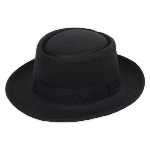 Dekoratív női kalap, ovális tető résszel kialakítva.