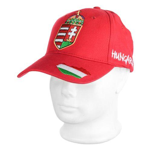 A sapkán elől gyönyörű himzett nagy magyar címer található.