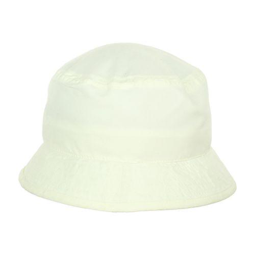 Egy szuper gyerek sapka-kalap a nyári napsütésben.